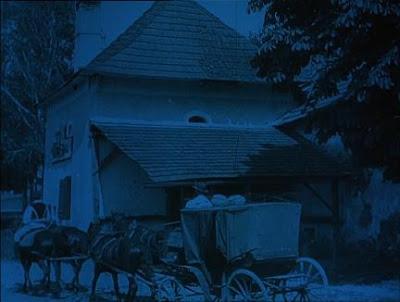 en Nosferatu los virados de tono azul representan la noche