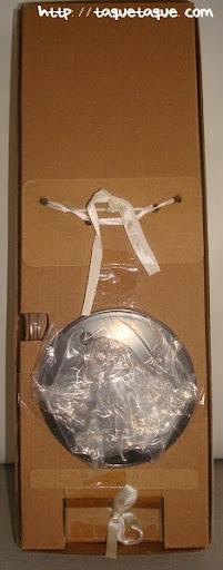 Barbie Silkstone Je ne sais quoi: parte posterior de la caja, en la que se ve la peana y las cintas que sujetan la muñeca a la caja