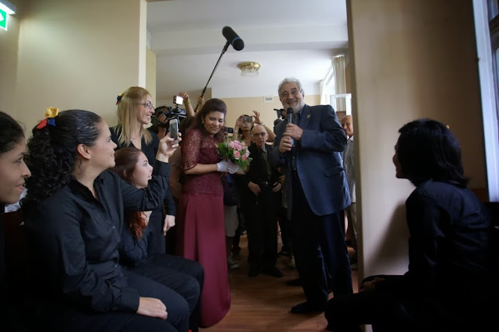 Tenor Plácido Domingo and maestro Abreu with the White Hands Choir at the Salzburg Festival.