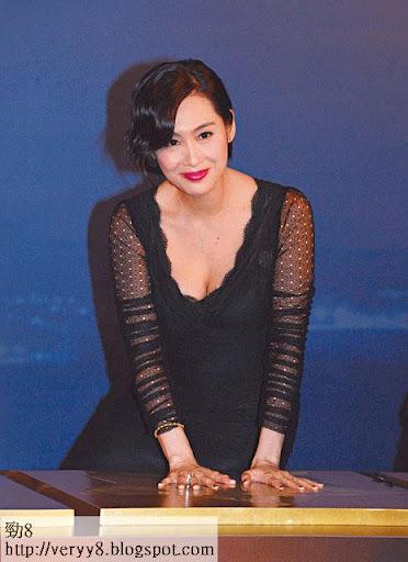 夾罅 <br><br>之後她換上黑色低胸晚裝,轉場出席打手印儀式。雖然手印台板較矮,但她毫不介意向前俯身,大方騷四吋事業線,更順手露埋黑色 bra邊。