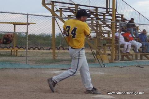 Pablo Omar Buentello bateando por Piratas en el softbol sabatino