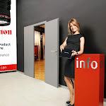Foyer s info stolkem, hosteskou a bannerem klienta