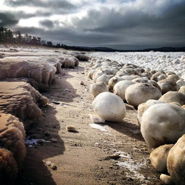 El curioso efecto de los cantos rodados de hielo en Los Grandes Lagos