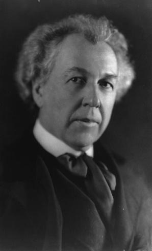 https://upload.wikimedia.org/wikipedia/commons/thumb/9/99/Frank_Lloyd_Wright_LC-USZ62-36384.jpg/800px-Frank_Lloyd_Wright_LC-USZ62-36384.jpg