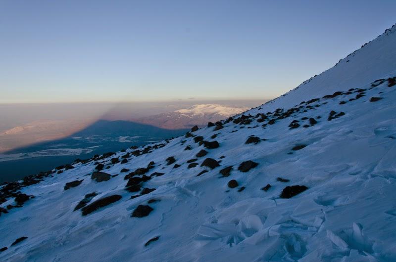 Conul de umbra a varfului Ararat vazut la ora 5:00