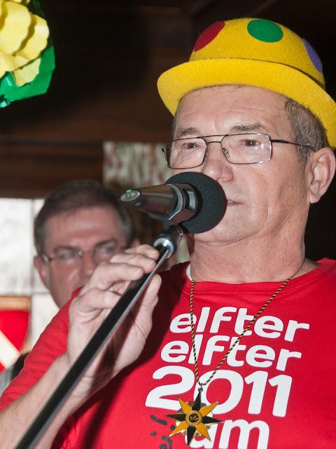 Hausherr Stefan Waidele singt den Neuenburger Narrenmarsch.