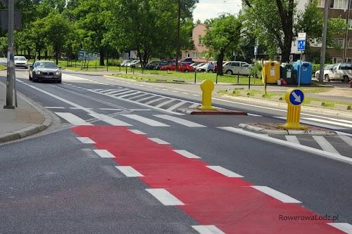 W miejscu dotychczasowych dwóch szerokich pasów ruchu dla samochodów, znalazło się miejsce na dwa pasy ruchu dla rowerów, dwa pasy ruchu dla pozostałych pojazdów, azyl dla pieszych.