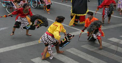 Jaranan mengisahkan proses perjalanan Klono Sewandono dan Pujonggo Anom, pangeran di kerajaan  wengker (ponorogo), melamar Dewi Songgolangit, putri Kediri yang sangat cantik.