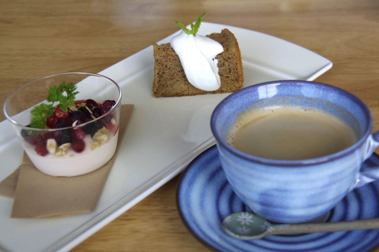 イチゴのヨーグルトムース & 紅茶のシフォンケーキ