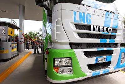 Iveco Stralis LNG należacy do firmy LC3. Tankowanie w Piacenza (Włochy)