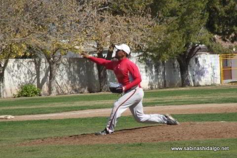 Alan Montemayor lanzando por Mineros de Vallecillo en el beisbol municipal