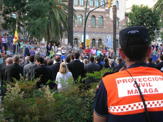 Compañero de Malaga, observando la ceremonia de jura de bandera.