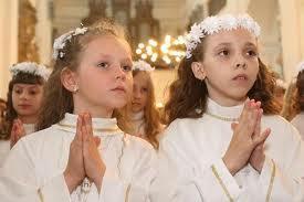 На первое  католическое причастие мамы для дочек готовят наряды, как для маленьких невест