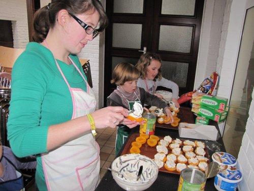Sarah maakt samen met haar groepje het dessert klaar.