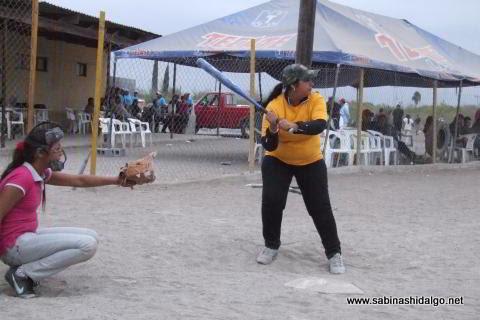 Yesenia Briseño de Chicas Sertoma en el softbol femenil del Club Sertoma