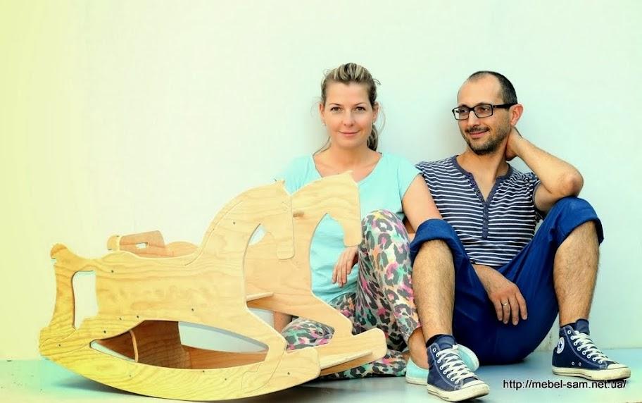 Авторы проекта у своей детской лошадки качалки