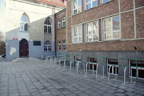 Parking rowerowej przed jedną ze szkół oraz przed centrum handlowym