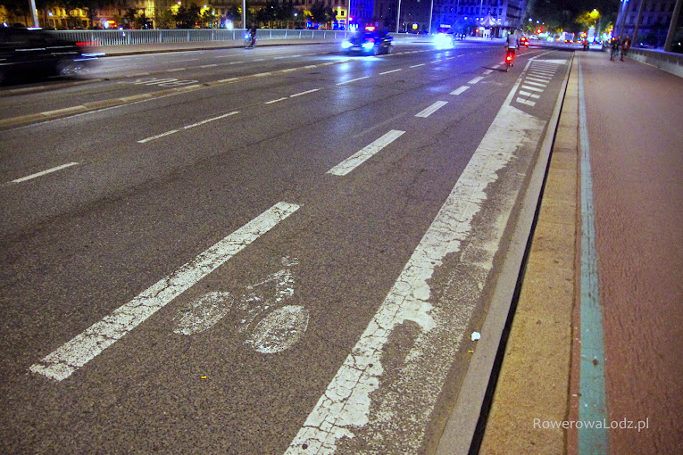 Pas ruchu dla rowerów i w dalszej części przeplot z pasem do skrętu w prawo.