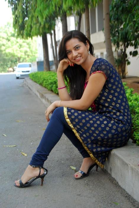 isha chawla in chudithar actress pics