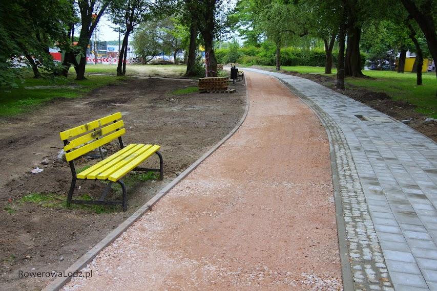 Liczymy, że Zielenie Miejskie przestawią te ławki na stronę chodnikowa