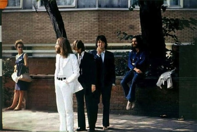 Foto dos bastidores da sessão dos Beatles em Abbey Road