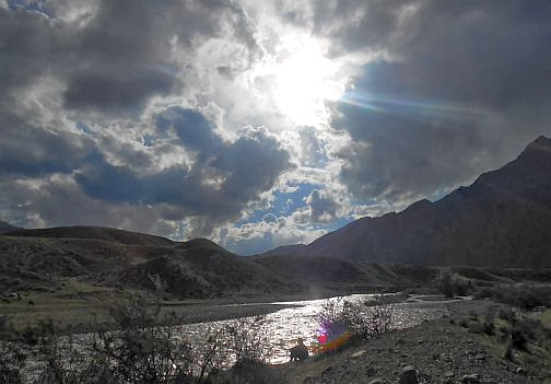 Miri blickt auf die Furt am Song-Köl-Fluss (Koordinaten: N 41.667526, E 75.519762)