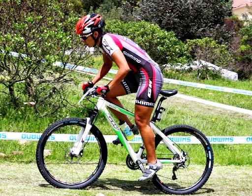 """Viviana Maya. """"Para triunfar hay que ir más lejos; aprender que con el sacrificio se consiguen muchos logros, especialmente en el deporte."""", expresa la paisa que incursionó en el ciclismo en el 1997. La joven de 26 años ganó el oro en el Shimano Short Tracken Costa Rica en 2011."""