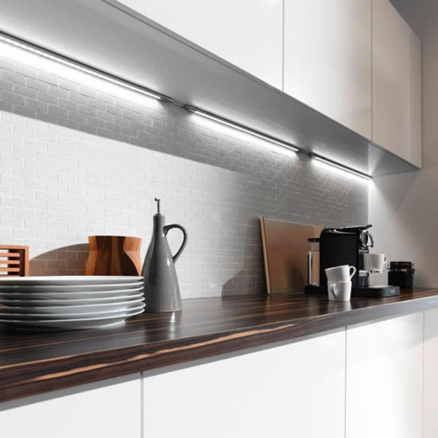 Đèn led chiếu sáng được dùng làm công cụ hỗ trợ tại tủ bếp