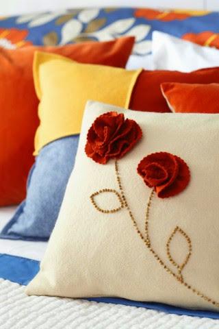 Capa de almofada com flor de feltro