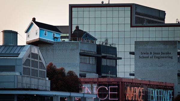 """""""Паднала звезда""""-къща на покрив в Сан Диего"""