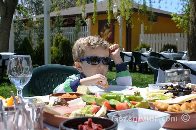 Cumhuriyetköy'deki Beyaz Bahçe'de kahvaltı ederken