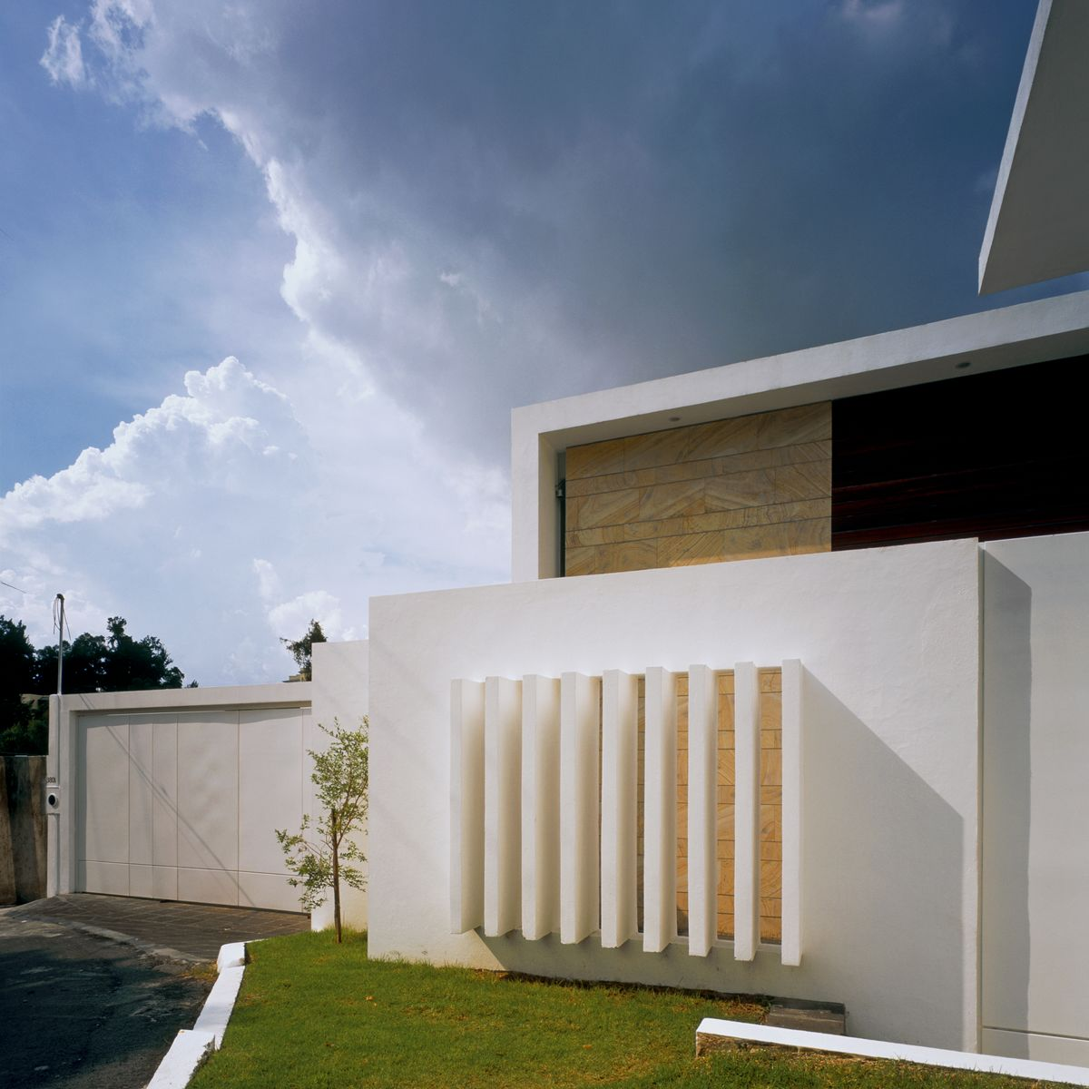 Casas minimalistas casa cubo for Casa de diseno henry beltran