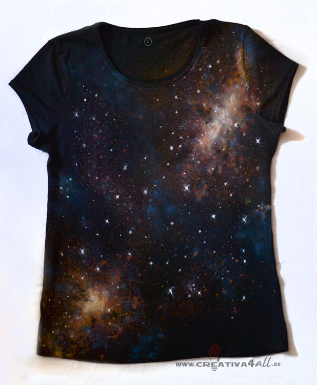 """89da3a2621 En la parte delantera hice una composición en forma diagonal que recorriese  la camiseta de lado a lado y con un """"nucleo"""" de estrellas en la parte  superior y ..."""