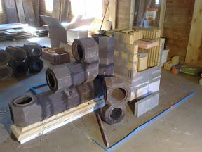 Réalisation d'un poêle de masse associant un foyer maçonné double face (tunnel) et un accumulateur en kit (KMS)