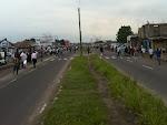 Les habitants de Kinshasa se rendent à pied à leurs lieux de travail faute de transport en commun. Les transporteurs privés observent une grève ce lundi 21 mai 2012. Ici, sur l'avenue ex-24 novembre non loin de Bandal Kimbondo.