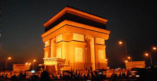 Monumen Simpang Lima Gumul yang mirip dengan Monumen Arc de Triomphe ini terletak di Desa Tugurejo, Kec. Gampengrejo, Kab. Kediri.