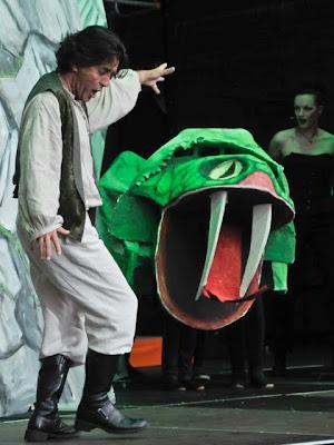 Prinz Tamino (Ingo Anders) beim Kampf mit der Schlange.