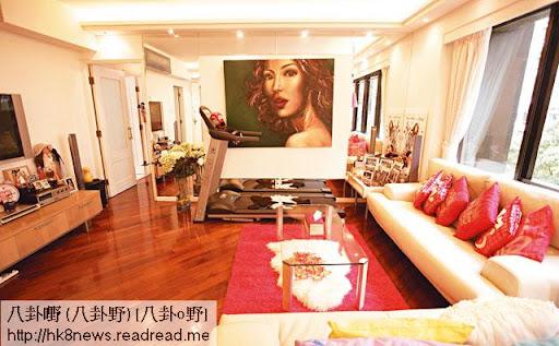 Venus的寓所有 1,400呎,三房兩廳,只有 Venus夫婦及其妹妹三人居住。大廳對正電視機的位置,擺放了跑步機,方便 Venus練習。