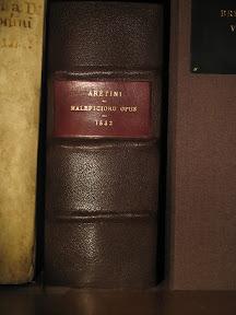 Nueva encuadernación en piel marrón con tejuelo rojo.