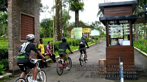 Memasuki kawasan Kebun Teh Wonosari. Pesepeda gratis alias tidak dipungut biaya untuk mengunjunginya.