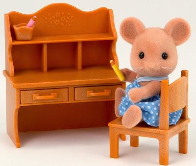 Chị chuột và bàn học Sylvanian Families cho bé chơi trò chơi học tập