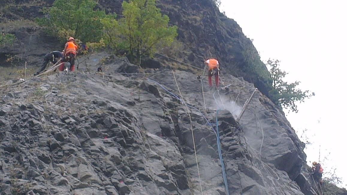 Bahnarbeiter am Felsen