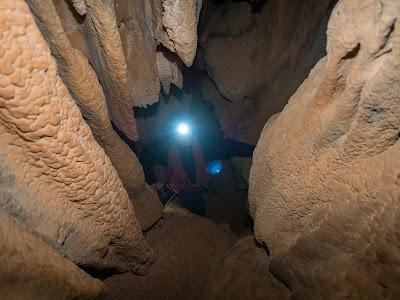 Petit pou que cal pujar a la cova de Mont-ral