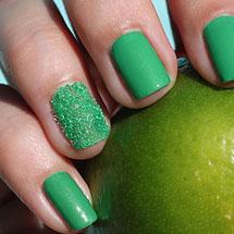 Unhas com bolinhas verdes