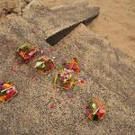 dary dla bogów składane wszędzie, tu akurat przy plaży