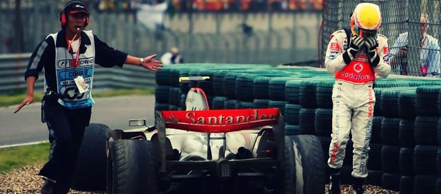 Lewis Hamilton se queda enganchado en la puzolana de China 2007