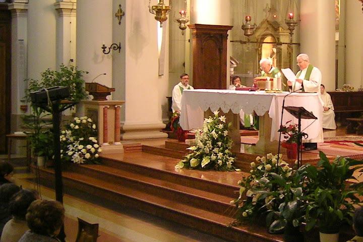 don Gino legge i saluti durante la messa per i 90 anni di mons. Bruno Gumiero