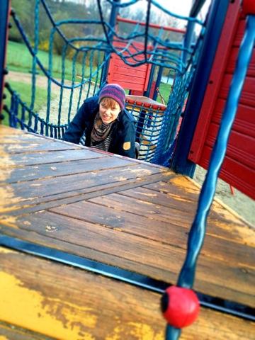 Busig tjej på lekplats!