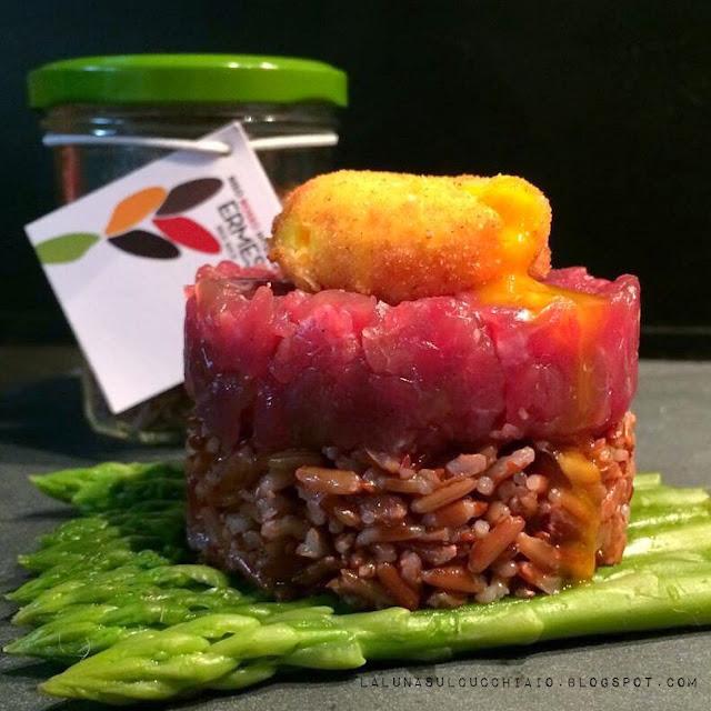 tartare di manzo e riso rosso ermes con tuorlo croccante