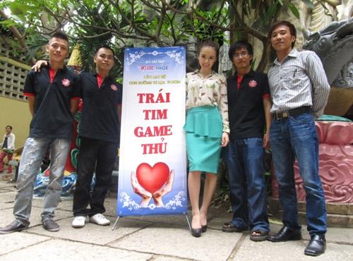 Angela Phương Trinh đi làm từ thiện cùng game thủ 10